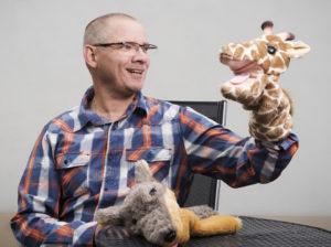 Ansgar van Olfen im Gespräch mit der Giraffe
