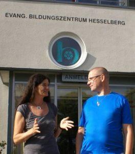 Foto: Evangelisches-Sonntagsblatt.de Georgis Heintz und Ansgar van Olfen vor dem Eingang Evangelisches Bildungszentrum Hesselberg